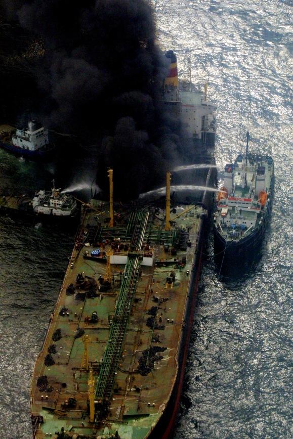 MESTA-REMORCHER. In jurul orei 11.00,  unul dintre rezervoarele cu motorina ale petrolierului Mesta, sub pavilion bulgaresc, cu o capacitate de 500 tone, pozitionat sub castelul navei, a explodat.La bord se aflau 34 de oameni, dintre  care 27 au fost salvati de catre o vedeta apartinind Garzii de Coasta, un cadavru a fost recuperat din apele Marii Negre, iar un marinar a fost dat disparut./DRAGOS ROBATZCHI/JURNALUL NATIONAL.