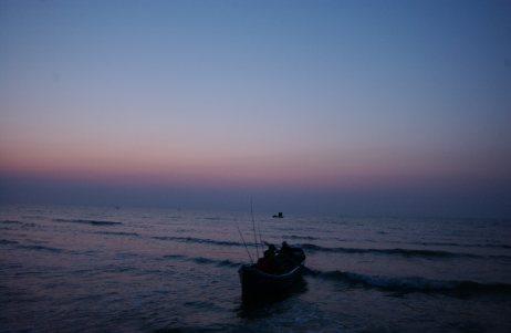 BARCI PESCARI-MARE-OLIMP. Viata pescarilor se desfasoara intr-un spatiu foarte restrans-barca si plaja. Cu banii obtinuti pe pestele pescuit din mare ei isi cumpara bautura si lemne pentru iarna. Ziua de lucru incepe in jurul orei 3 dimineata si se incheie la maxim 11 dimineata Foarte multi pescari sunt moldoveni de peste Prut. DRAGOS ROBATZCHI/JURNALUL NATIONAL