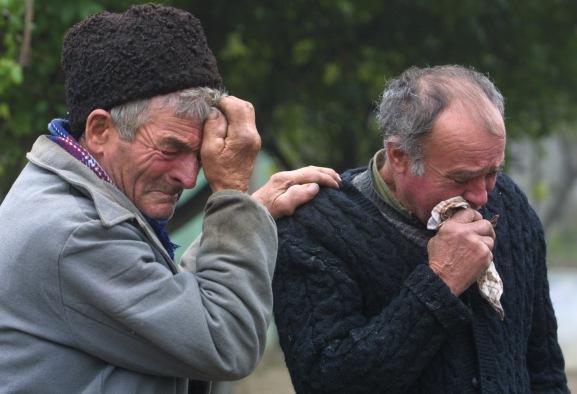 OPAINA-TATAL-SATEAN-SUHAIA In Teleorman, cu complicitatea autoritatilor, banda lui Dinu mutileaza, incendiaza si ucide. Crima de la Suhaia a fost doar picatura care a umplut paharul. Din '90, anul cand s-a pus stapan pe balta, patronul Eduard Dinu a asmutit asupra taranilor batausi si ucigasi profesionisti. Autoritatile, complicii criminalilor, au inchis ochii lasand banda lui Dinu sa faca legea in judetul Teleorman DRAGOS ROBATZCHI/JURNALUL NATIONAL