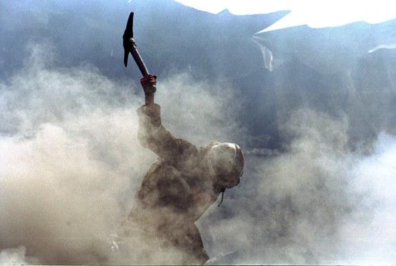 INCENDIU-POMPIERI-GARDEN PLAZA. Un incendiu puternic izbucnit in jurul orelor 14.00 a distrus in intregime un depozit de plante medicinale al unei firme din Otopeni. DRAGOS ROBATZCHI/JURNALUL NATIONAL